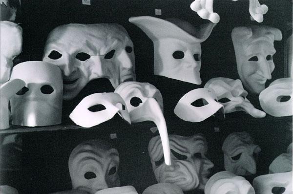 Un cammino disseminato di maschere